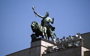 Česká národní banka chce dál bránit korunu a udržovat kurz nad 27 korunami za euro.