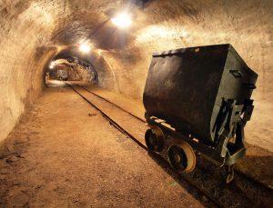 I při moderní těžbě zlata se stále využívá tradiční kolejnicová doprava rudy