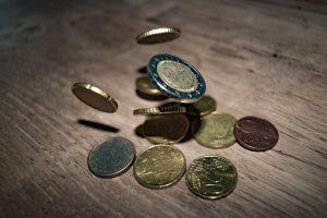 Na letošní dovolenou si asi levnější eura nekoupíme.