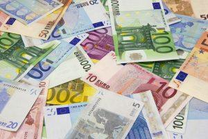 Česká národní banka hodlá dál držet kurz koruny okolo 27 Kč/EUR pravděpodobně až do konce roku 2016.