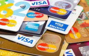 Výpadky příjmů, o které banky přišly za platby vzahraničí, si vybírají od klientů.