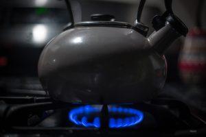 Díky levné ropě se snižují ceny plynu. To je dobrá správa zejména pro domácnosti, které by zase mohly platit o něco méně.