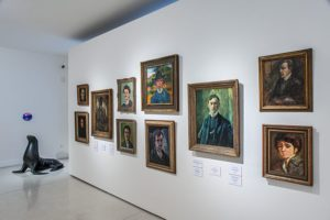 Moderní umění má mnoho obdivovatelů a řada sběratelů umění do něj neváhá investovat.