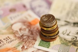 Koruna slábne vůči euru i vůči dolaru