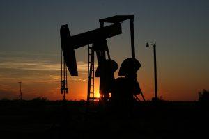 Dohoda OPEC dokázala stabilizovat ceny ropy. Některé země ji ale nedodržují, a to vyvolává nedůvěru a opětovný tlak na ceny.