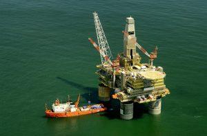 Snížit těžbu ropy se zavázala i přední americká investiční banka Goldman Sachs.