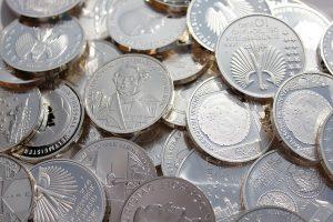 Stříbro se již k placení dávno nevyužívá, vytlačilo ho nejdříve zlato a později i definitivně nekrytá měna.